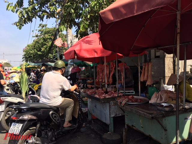 Sau khi các siêu thị, cửa hàng thực phẩm đóng cửa, giá thực phẩm tươi sống (rau củ, thịt, thủy sản...) tại một số chợ truyền thống tăng vọt