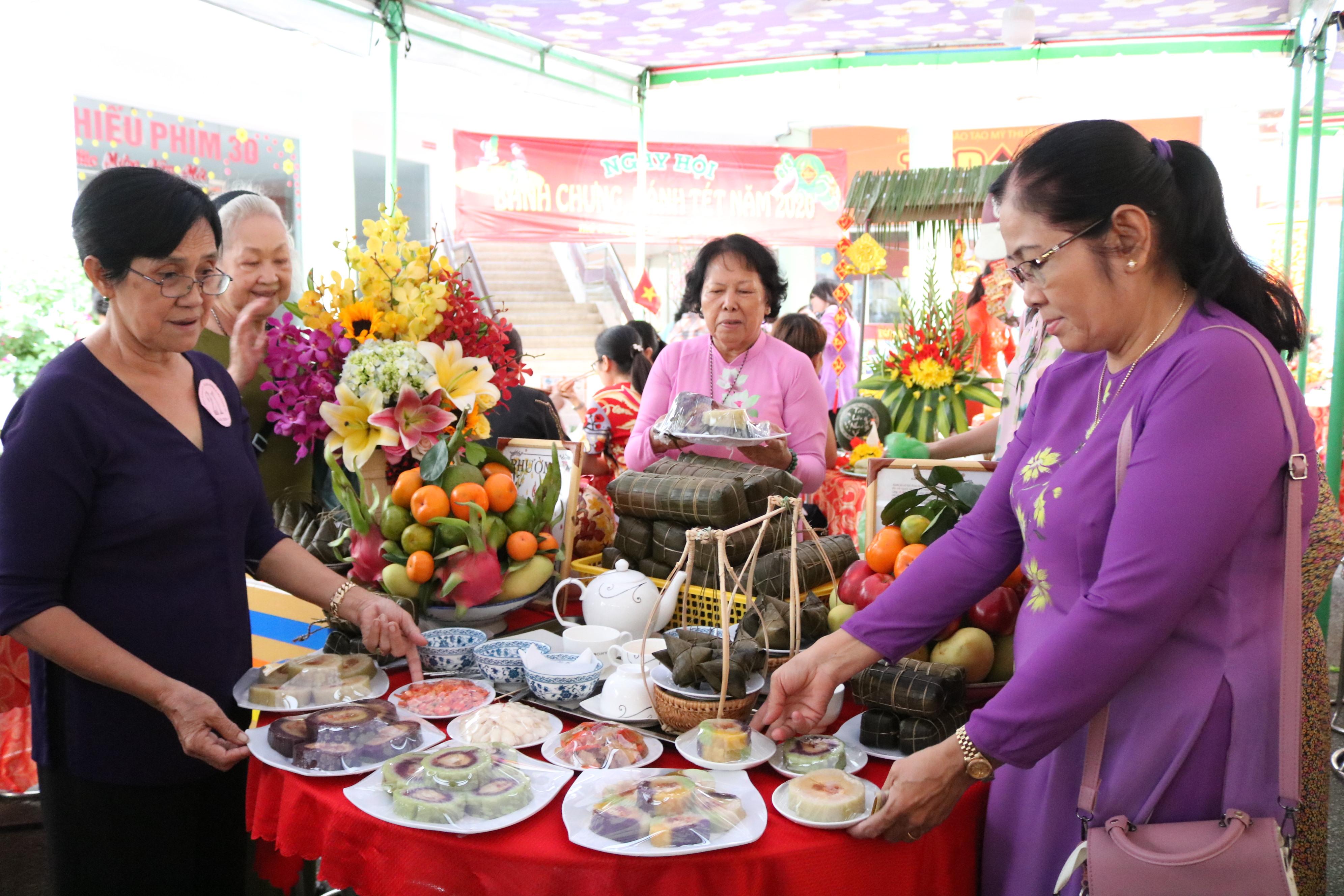 Những lát bánh tét đầy màu sắc được các dì làm từ nguồn nguyên liệu rau củ để dành tặng  mọi nhà đón Tết.