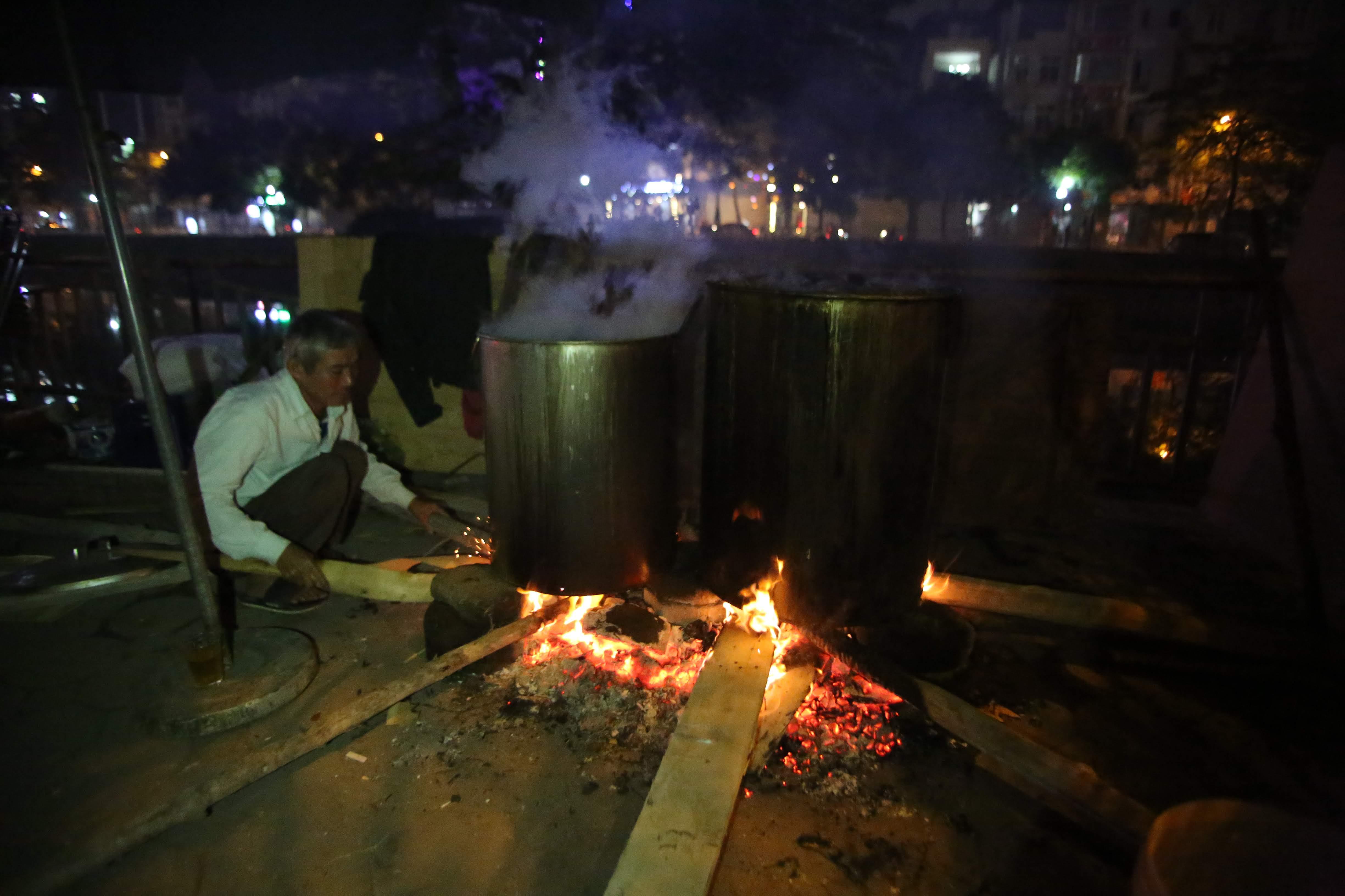 Không khó để bắt gặp những nồi bánh chưng nghi ngút khói trên vỉa hè Hà Nội.