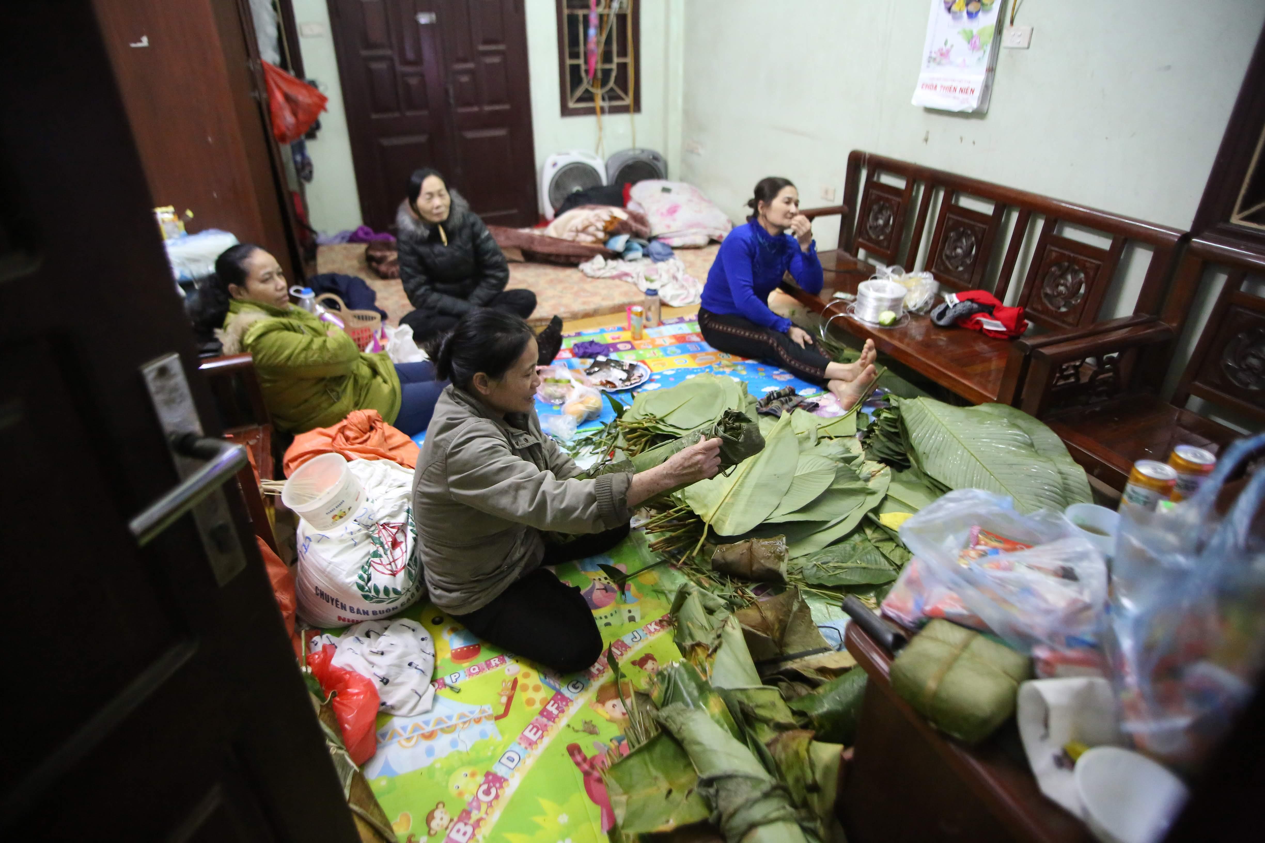 Vào những ngày cận Tết, khi phần lớn người dân đã lên đường trở về quê nhà đón Tết, những người ở lại Hà Nội bắt đầu gói cho mình những chiếc bánh trưng theo truyền thống từ thời cha ông.