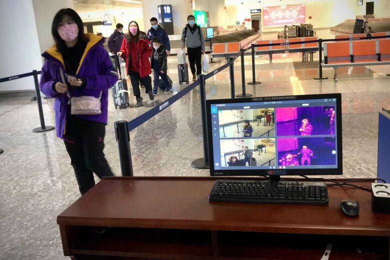 Nữ hành khách khoe trên mạng WeChat rằng cô đã uống thuốc hạ sốt trước khi máy bay đáp xuống sân bay ở Pháp để tránh bị kiểm tra y tế.