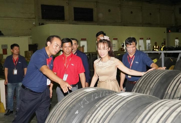 Bà Nguyễn Thị Phương Thảo cùng Phó tổng giám đốc Vietjet Tô Việt Thắng (áo xanh bên trái) và Phó tổng giám đốc Nguyễn Đức Thịnh (áo xanh bên phải) kiểm tra trang thiết bị tại khu vực kỹ thuật