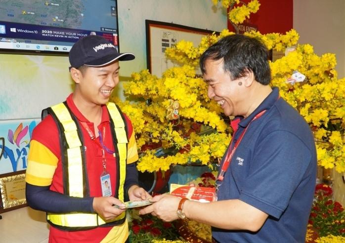 Không khí tết tràn ngập văn phòng Vietjet cùng quyết tâm mang tới cho khách hàng những chuyến bay đúng giờ, an toàn mùa cao điểm tết