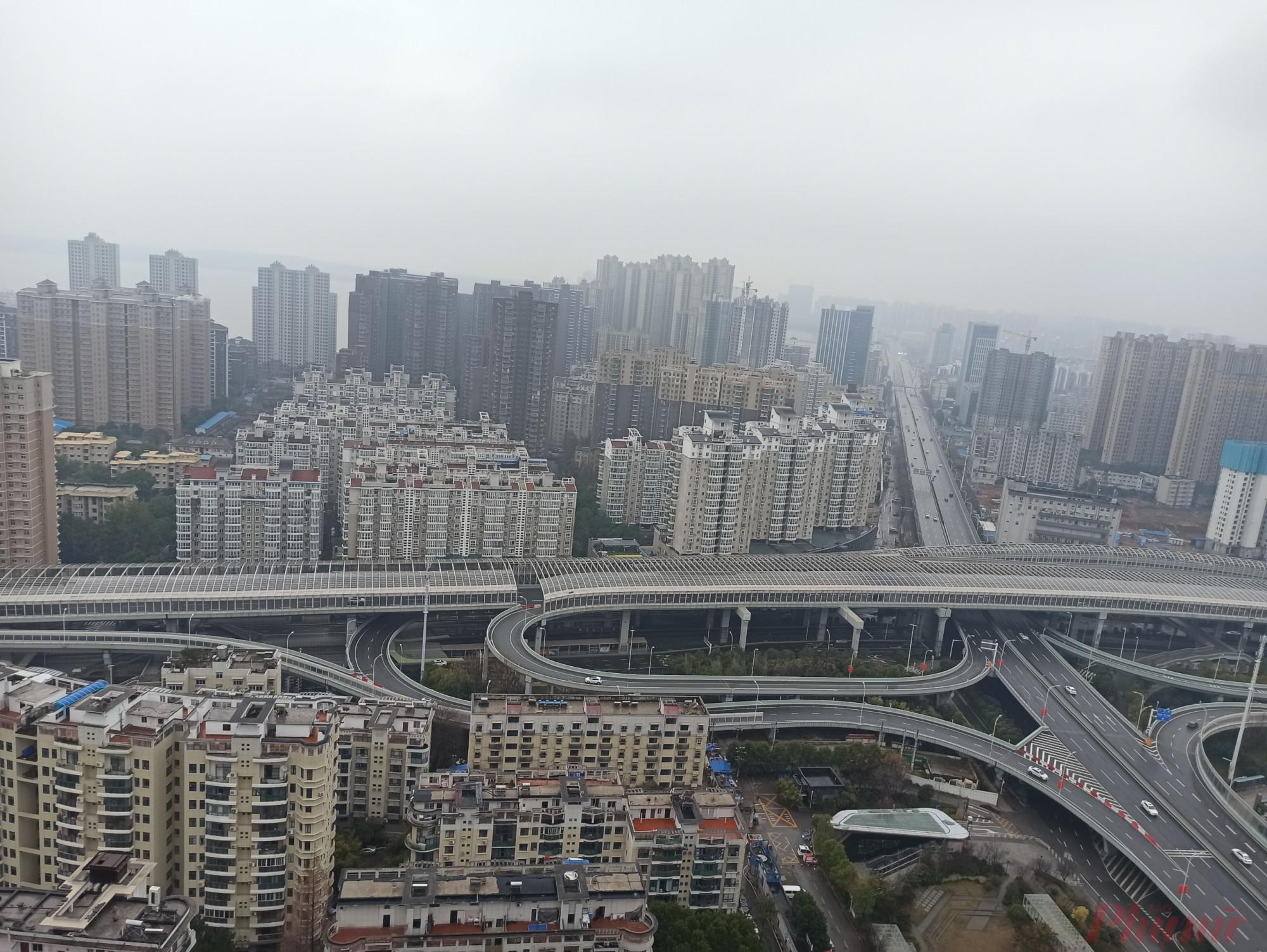 Đường phố thành phố Vũ Hán vắng tênh trong những ngày đối phó với dịch bệnh viêm phổi