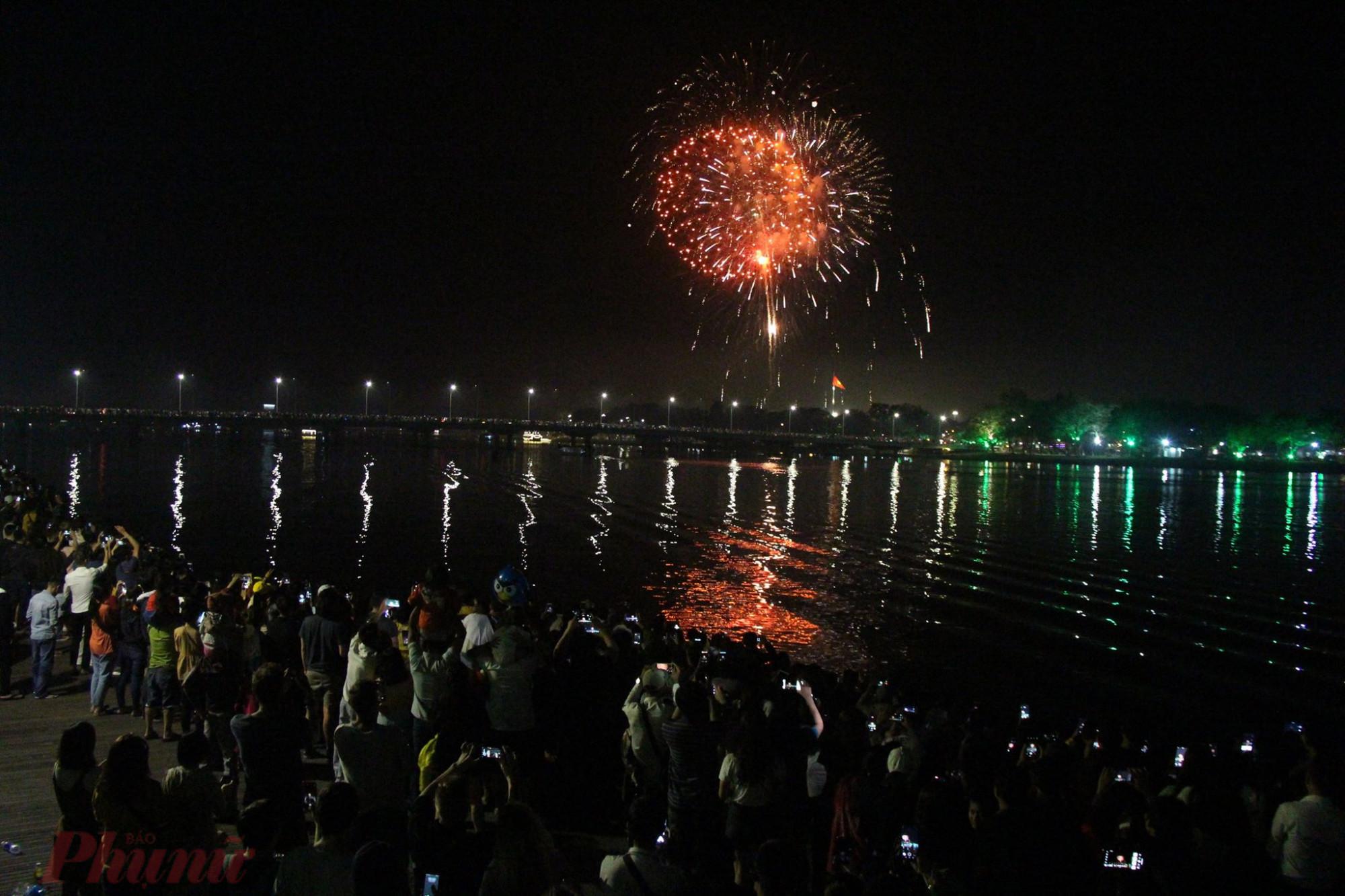 Một quả pháo hoa tuyệt đẹp rủ xuống dòng sông Hương