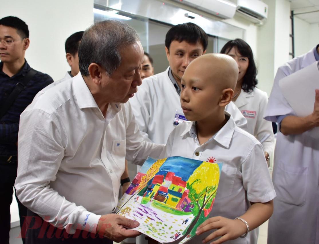 Trước đó, ông Phan Ngọc Thọ đã đến thăm và tặng quà cho bệnh nhi ung bứu đang điều trị tại Bệnh viện Trung ương Huế