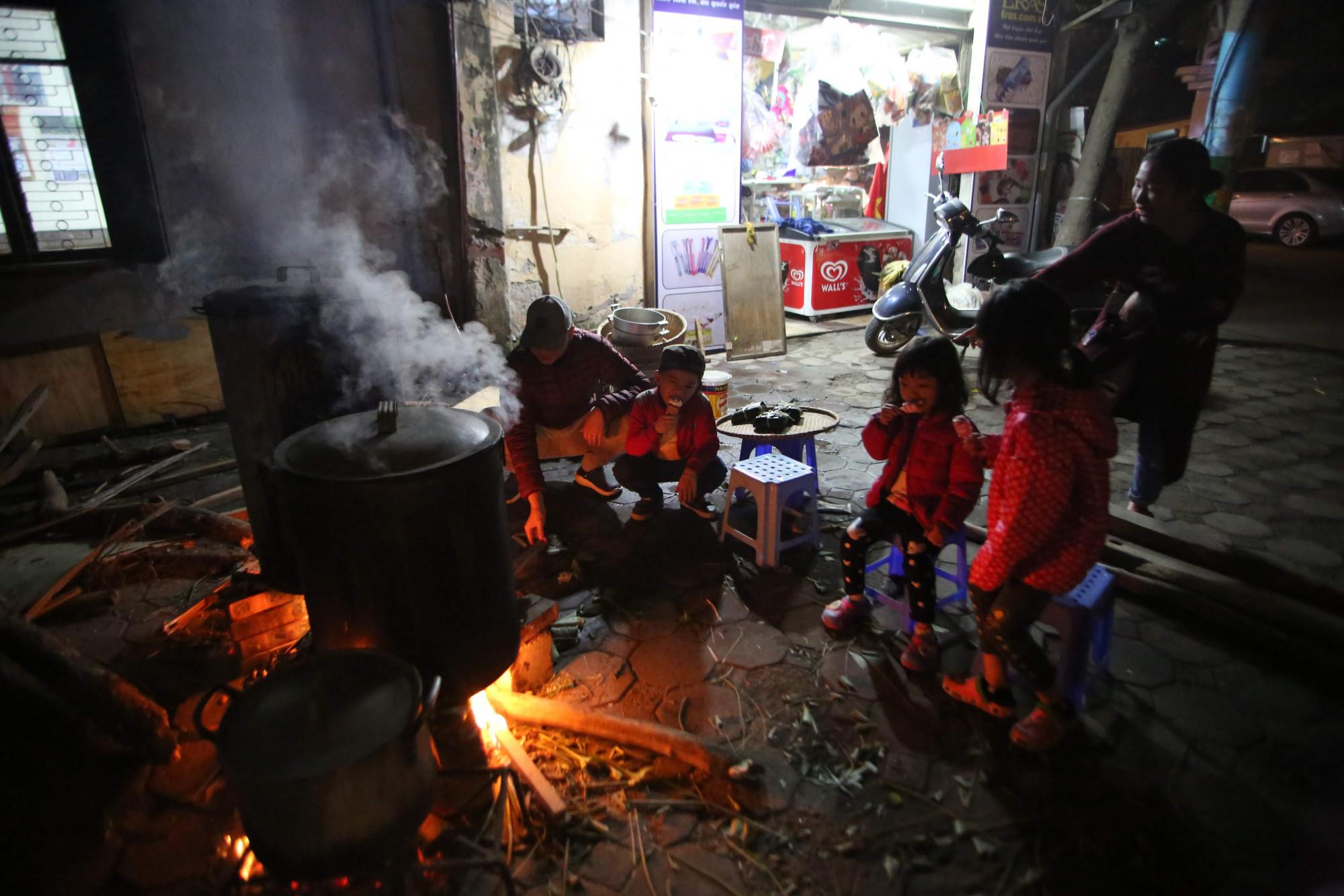 Những đứa bé cùng cha mẹ canh nồi bánh chưng, đây cũng sẽ là những kỉ niệm tuyệt vời của các bé. Tại Hà Nội chật chội và xô bồ, ít em nhỏ được trải nghiệm cảm giác ngồi bên nồi bánh chưng đang đỏ lửa vào những ngày Hà Nội lạnh giá như vậy.