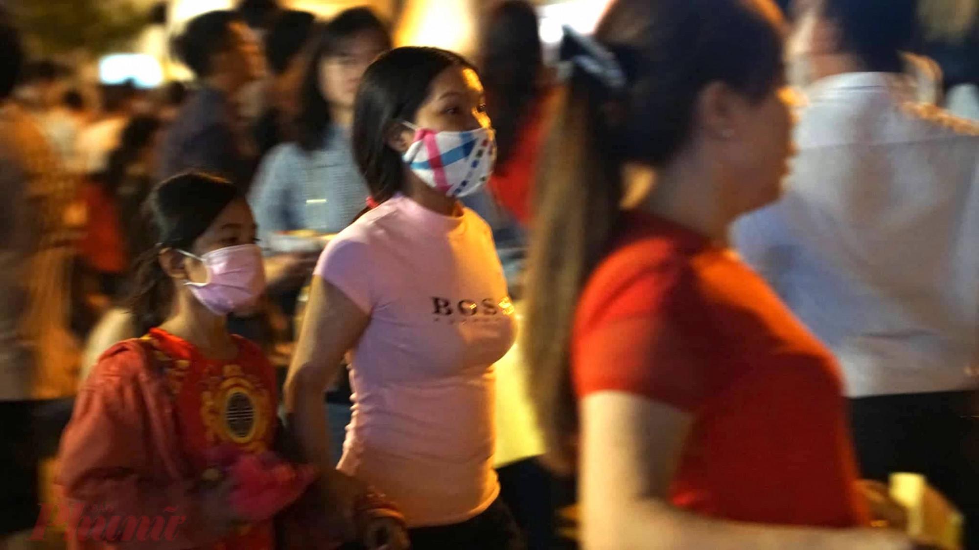 Xuống phố đêm giao thừa, chờ đón pháo hoa, nhiều người vẫn không quên đeo khẩu trang theo khuyến cáo của Bộ Y tế