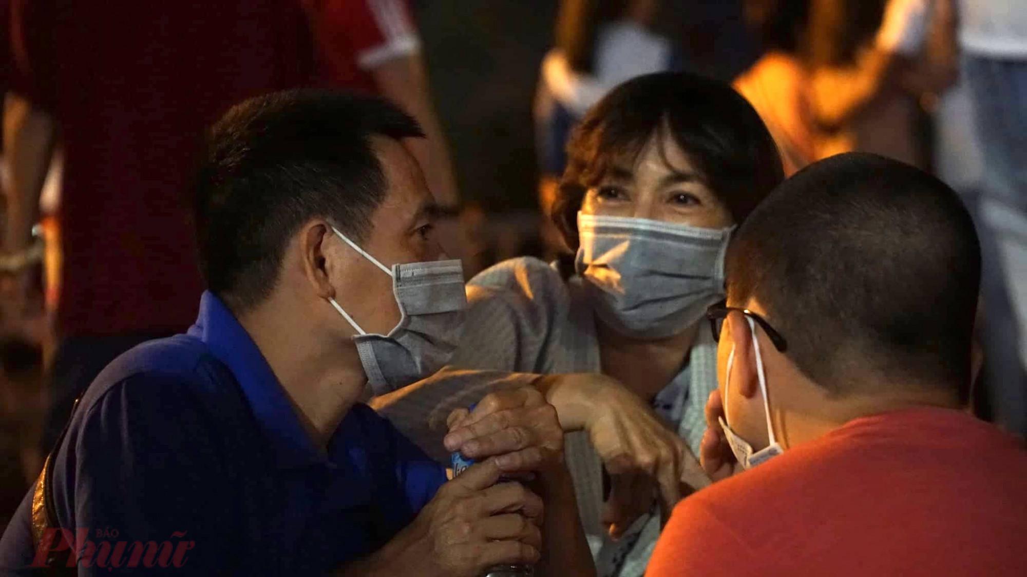 Những nơi tập trung đông người được xem là cơ hội lây truyền bệnh, nhất là các bệnh liên quan đến đường hô hấp. Nhưng điều đó vẫn không ngăn được sự háo hức của người dân trước màn bắn pháo hoa đêm giao thừa.