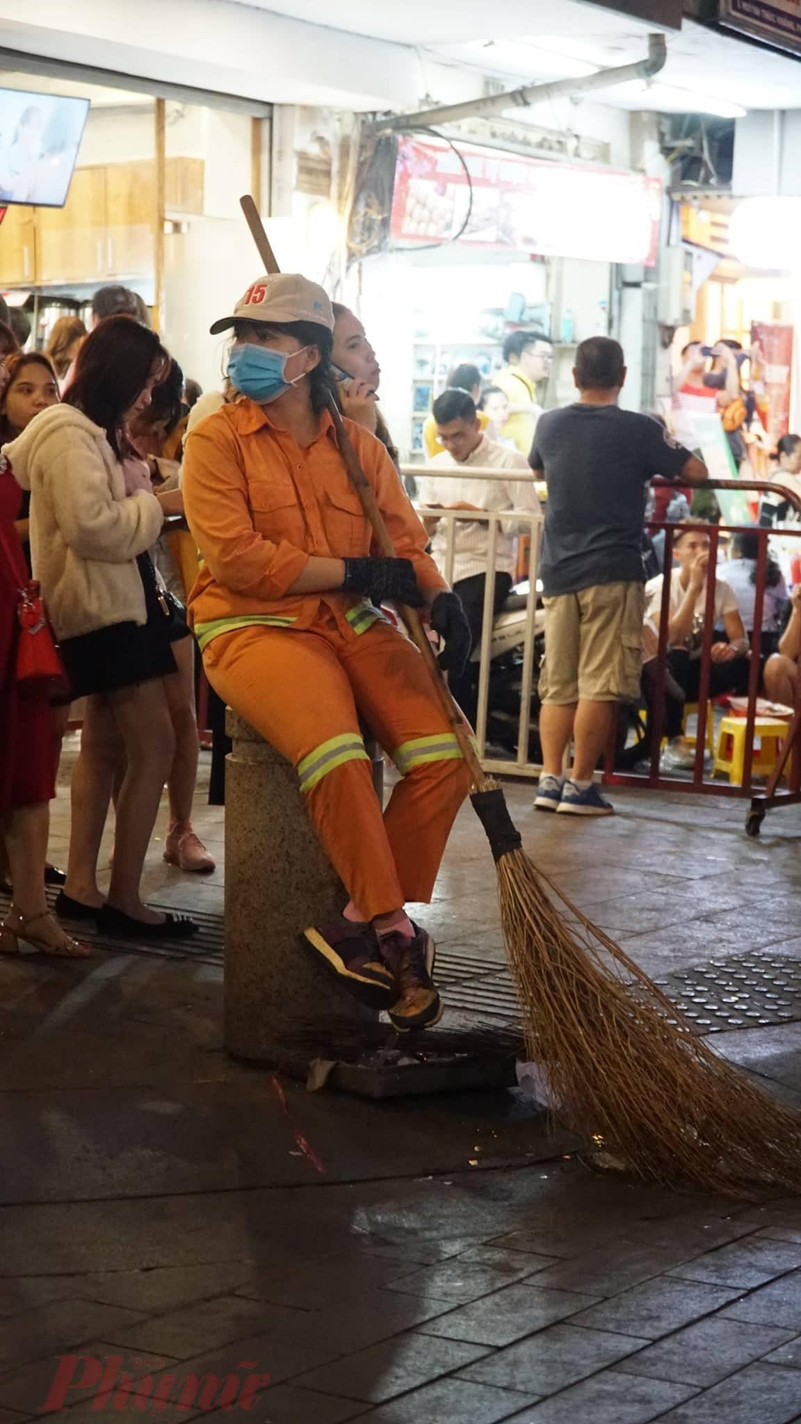 Nữ công nhân vệ sinh cũng trang bị khẩu trang để bảo vệ bản thân