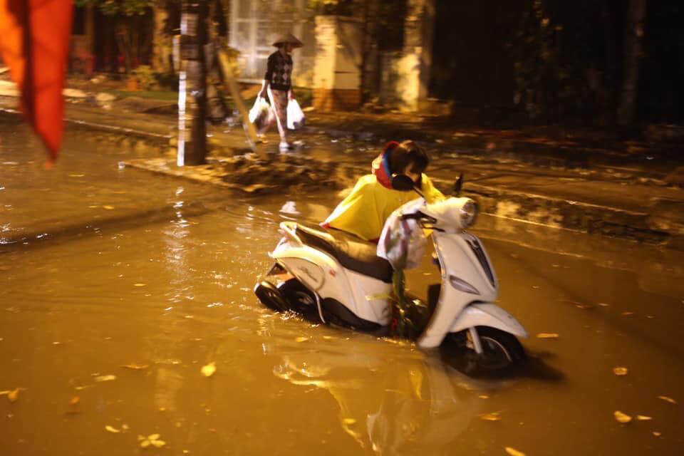 Nhiều con phố ngập nước, người dân phải đẩy xe trở về nhà