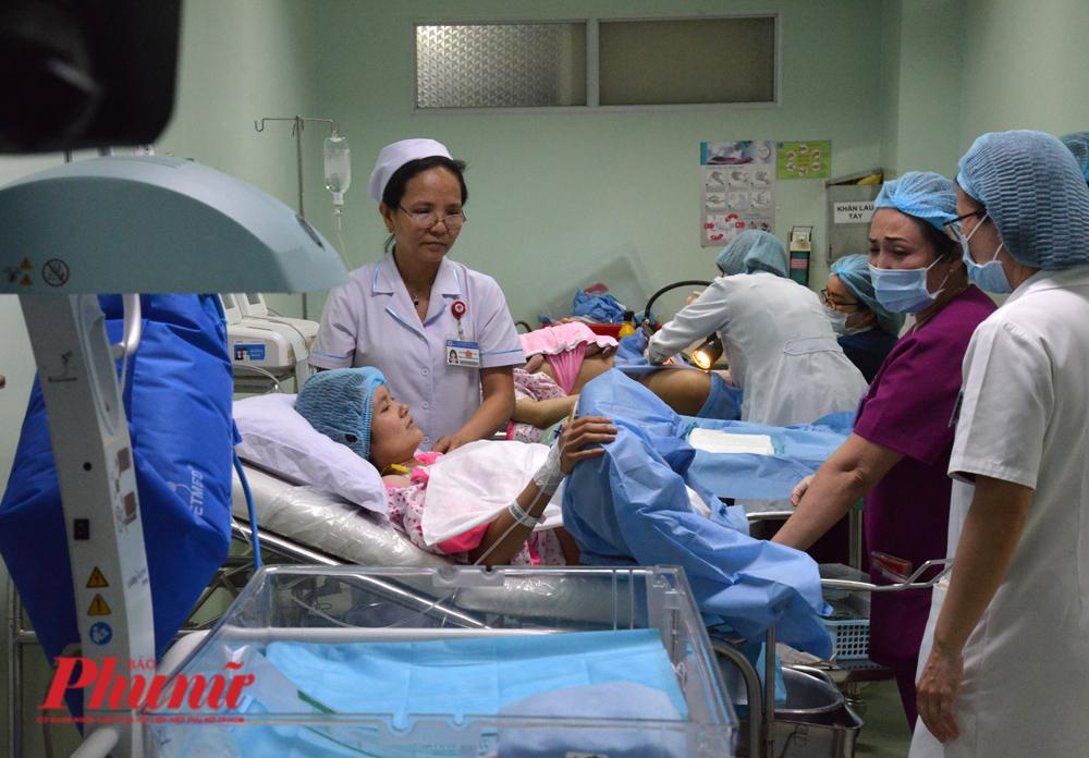 Trong một buồng đẻ của Bệnh viện Hùng Vương đêm giao thừa