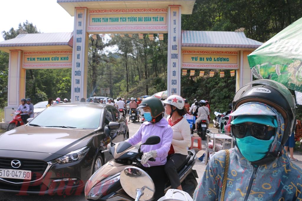 Từ sáng sớm đến 14 giờ  chiều ngày đầu tiên Xuân Canh Tý mọi nẻo đường dẫn đến Tượng đài Quan Âm (hay còn gọi là Tượng Phật Đứng) được xây trên núi Tứ Tượng – xã Thủy Bằng – huyện Hương Thủy – tỉnh Thừa Thiên – Huế điều đông kín người