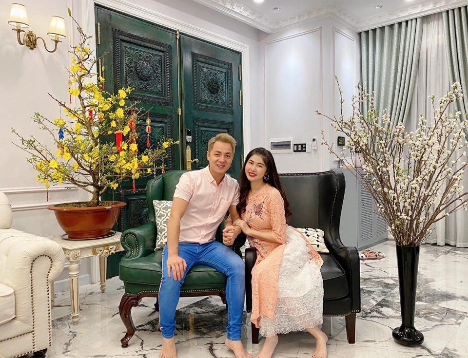 Vợ chồng ca sĩ Đăng Khôi chọn tông hồng nude trẻ trung, ngọt ngào diện trong ngày đầu năm mới.