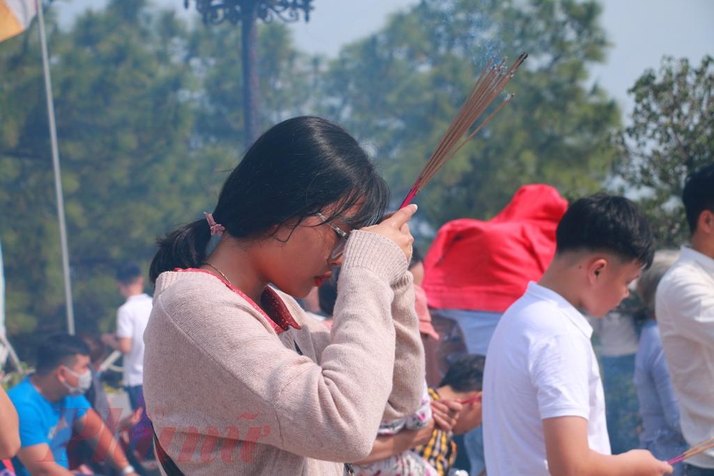 Đi chùa những ngày đầu năm mới ở Huế hàm chứa một triết lý sống sâu sắc, gắn với việc xuất hành đầu Xuân, hướng đến cái thiện và cầu mong sự bình an. Bởi vậy, không chỉ có người theo đạo Phật mà nhiều người dân bình thường cũng tìm đến chùa