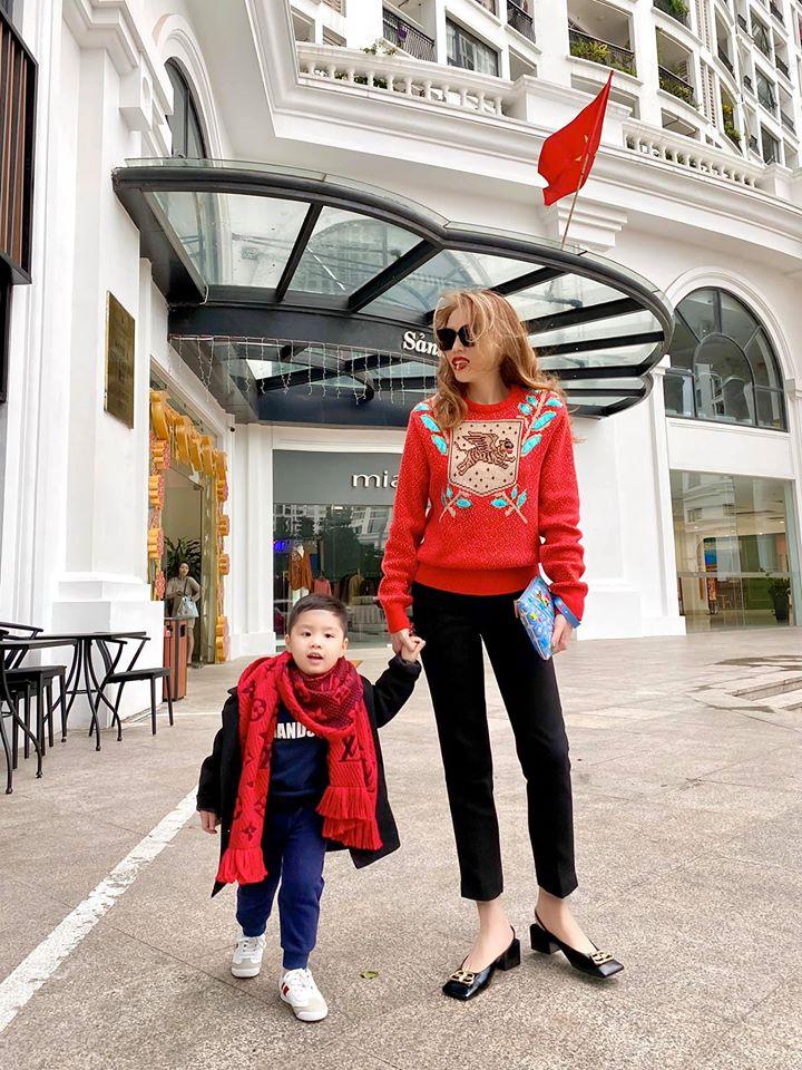 Hoa hậu Kỳ Duyên diện áo hoodie màu đỏ rực xuống phố ngày đầu năm mới.
