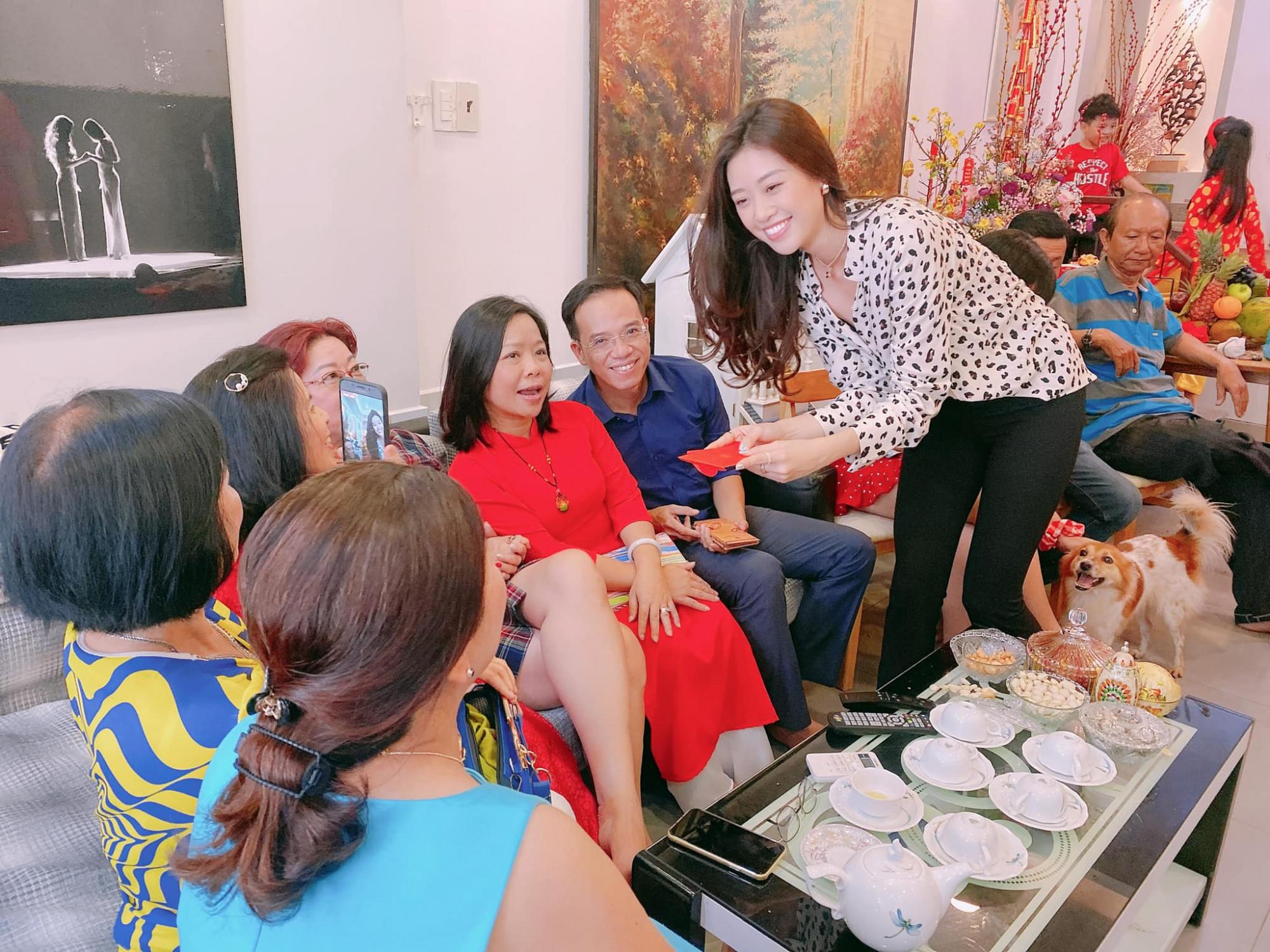 Hoa hậu Khánh Vân giản dị với áo chấm bi phối cùng quần âu trong ngày Mùng 1 Tết.