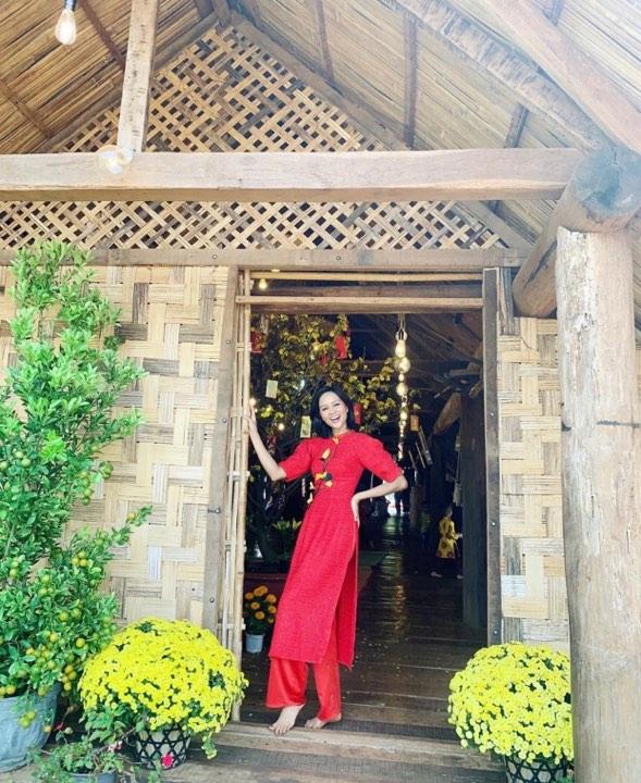 Hoa hậu H'Hen Niê nổi bật với chiếc áo dài màu đỏ rực. Từ bỏ mái tóc ngắn, người đẹp trông ngày càng điệu đà hơn với mái tóc dài quá vai.