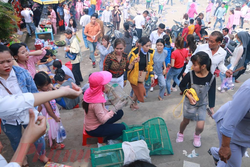 Bất chất đường sá vất vả, khó khó đi thế nhưng từ sáng sớm bằng nhiều ngả đường khác nhau người dân tại Huế và các tỉnh phụ cận đã đến đây hành lễ cầu an