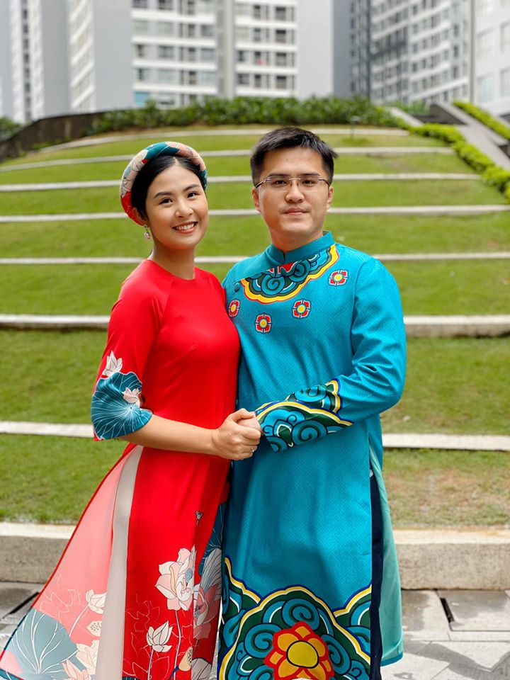 Hoa hậu Ngọc Hân diện áo dài đỏ in hoạ tiết hoa sen nổi bật. Người đẹp cực yêu thích áo dài.