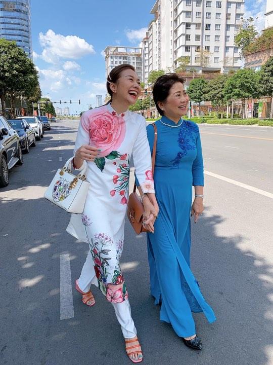 Diễn viên Thanh Hằng xuống phố cùng mẹ