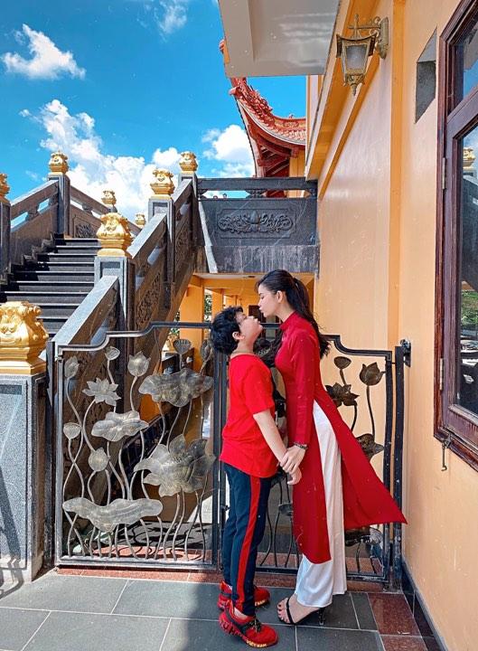 Trương Quỳnh Anh đi lễ chùa đầu năm với con trai trong tà áo dài đỏ rực, thiết kế tối giản.