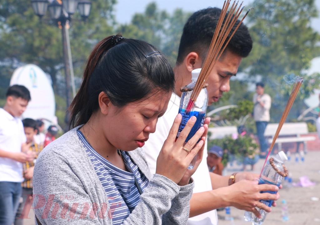 """Chị Hoài Thư (Phú Vang) nói rằng, ngày đầu năm lên chùa sẽ thấy bình an, nhẹ nhàng và mong một năm luôn như thế. """"Chỉ biết khấn cầu sức khỏe cho cả gia đình, có sức khỏe sẽ có được những thứ còn lại"""", chị Thư nói"""
