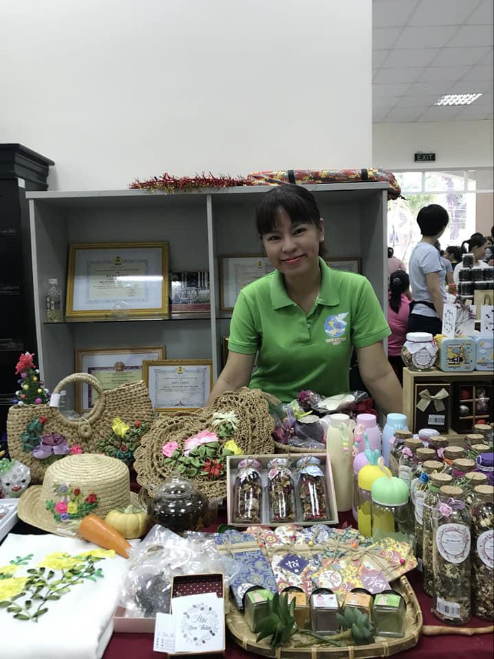 Chị Ngọc Linh giới thiệu các sản phẩm của  hội viên phụ nữ phường 13, quận 6