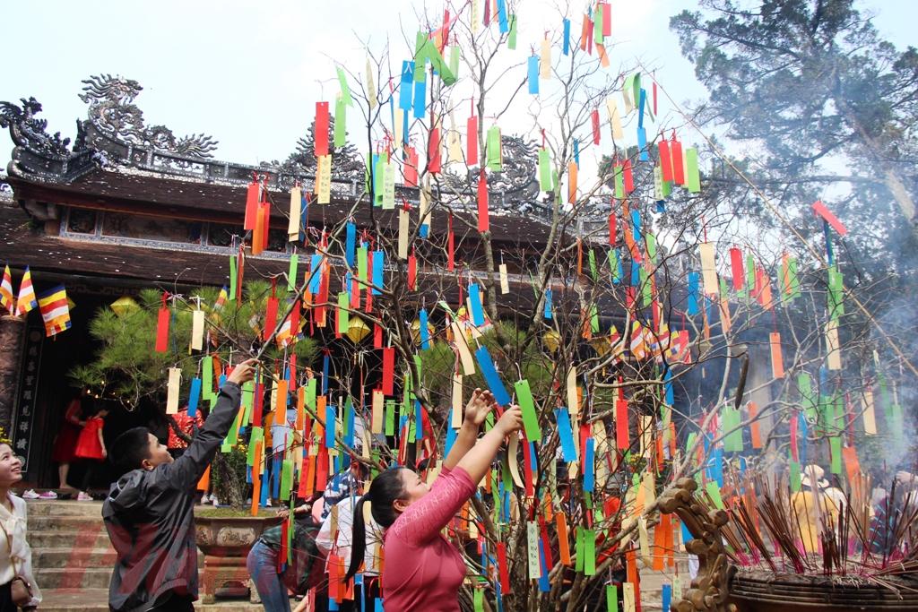 Thông thường đi lễ chùa, người Huế thường hái lộc đầu Xuân, là những búp chồi non. Một số khác lại chọn cho mình những chiếc vòng tay, xin Đức Phật ban phước, phù hộ, đeo bên mình như lá bùa hộ mệnh, bảo vệ bản thân khỏi những chuyện không hay trong năm mới