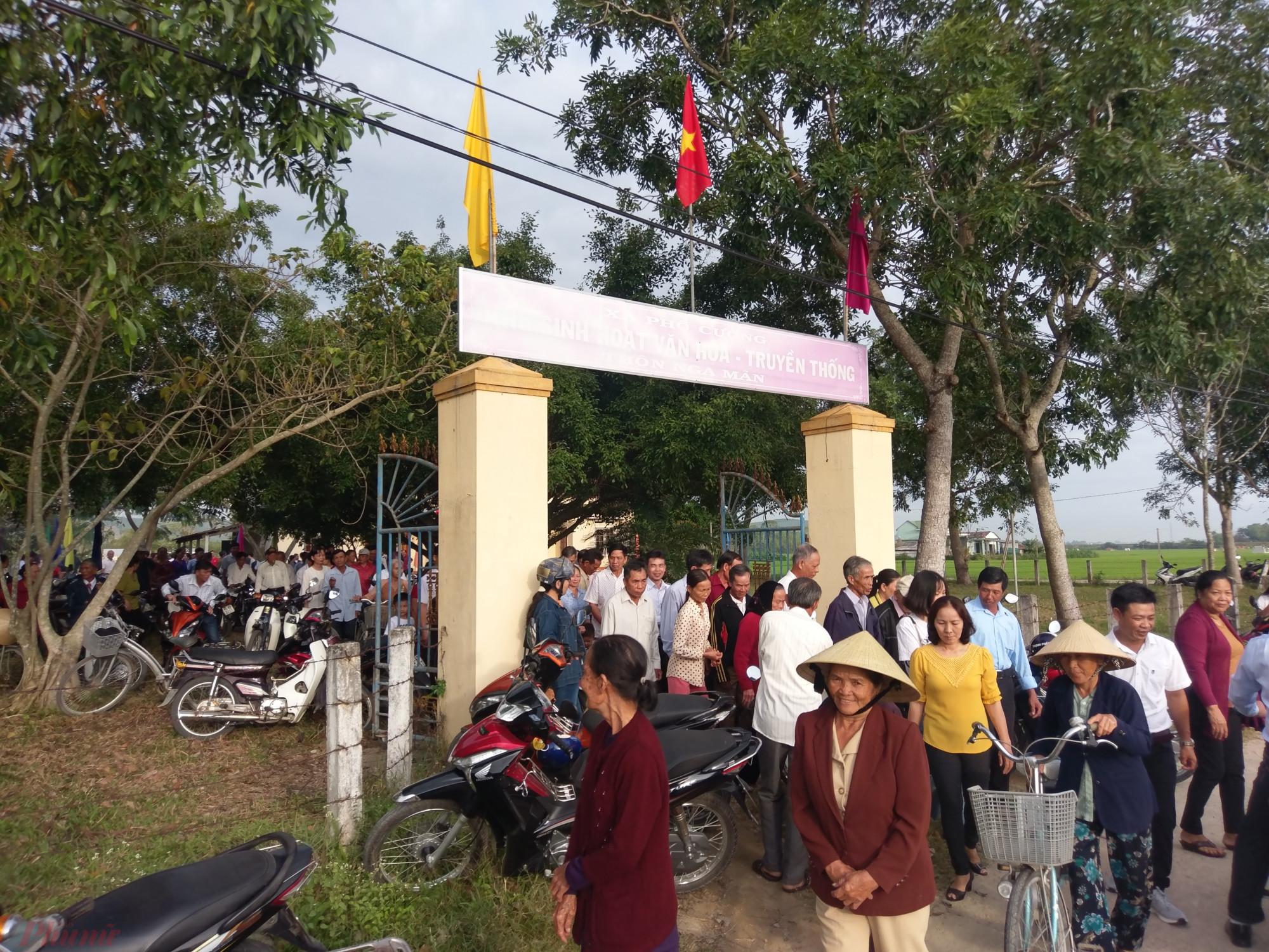 Hàng trăm người dân có mặt tại nhà truyền thống thôn trong ngày đầu năm.