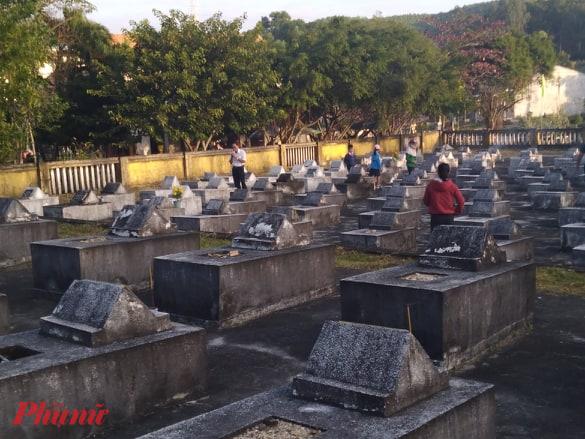 Sau lễ chào cờ đầu năm, người dân sẽ đi viếng nghĩa trang liệt sĩ xã.