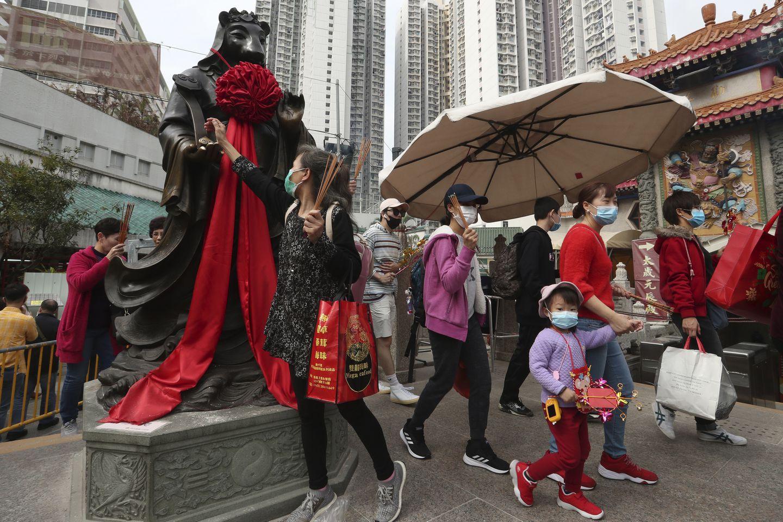 Người dân Hồng Kông đón năm mới trong tình trạng khẩn cấp vì dịch bệnh.