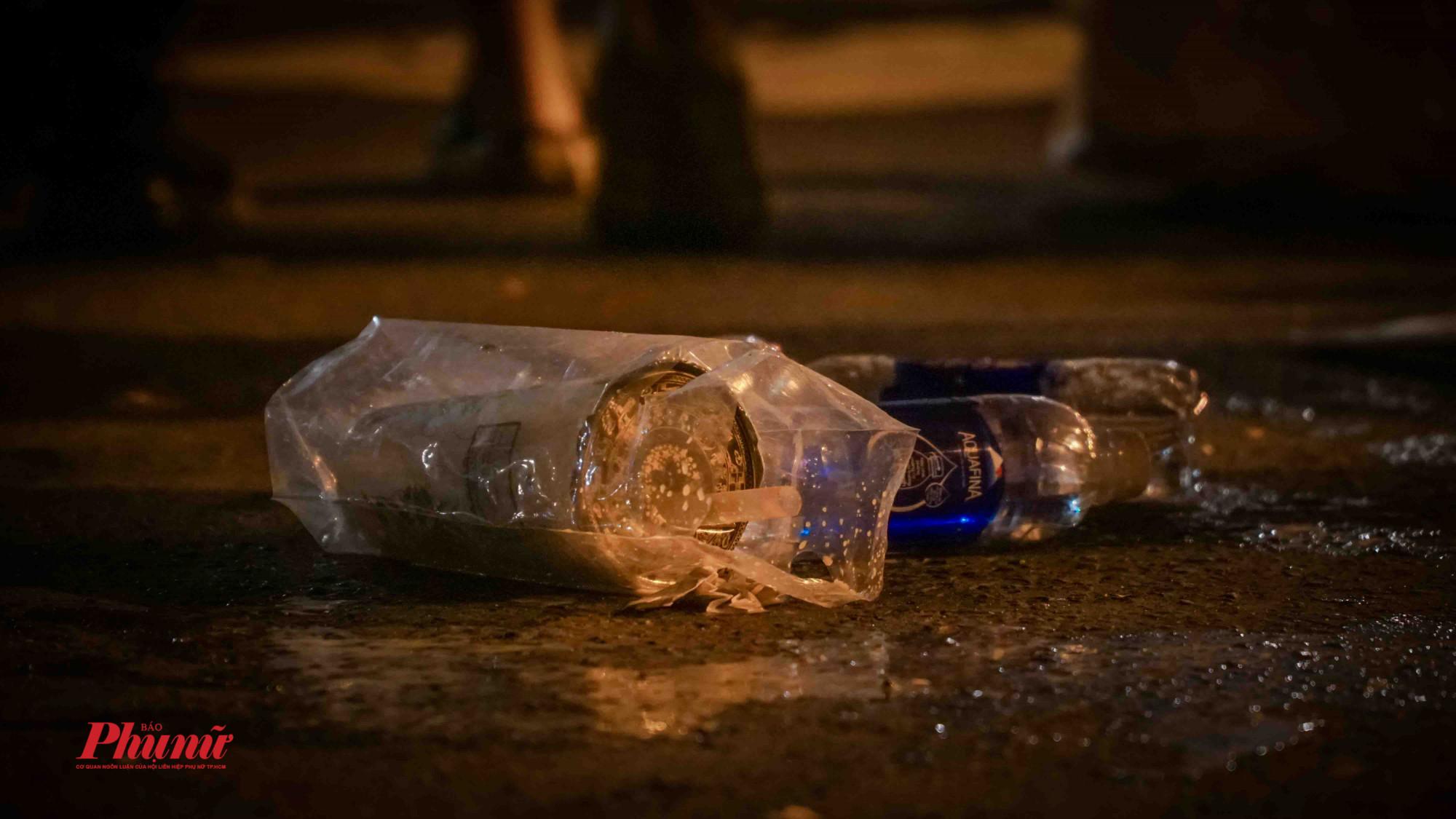 hàng nghìn mẫu chai nước được vứt bừa bãi