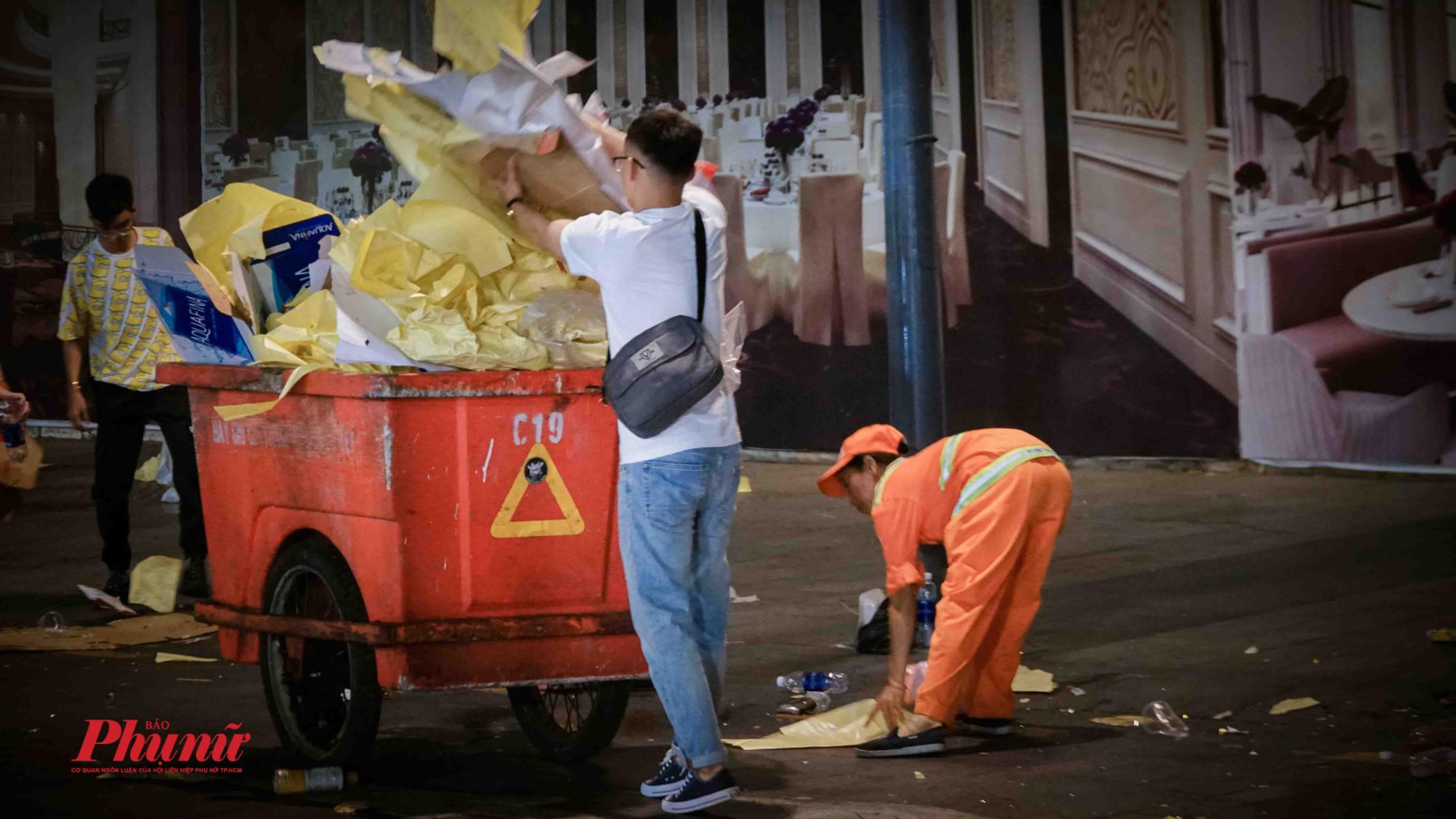 Mỗi người phụ một tay khiến lượng rác được thu dọn nhanh dần