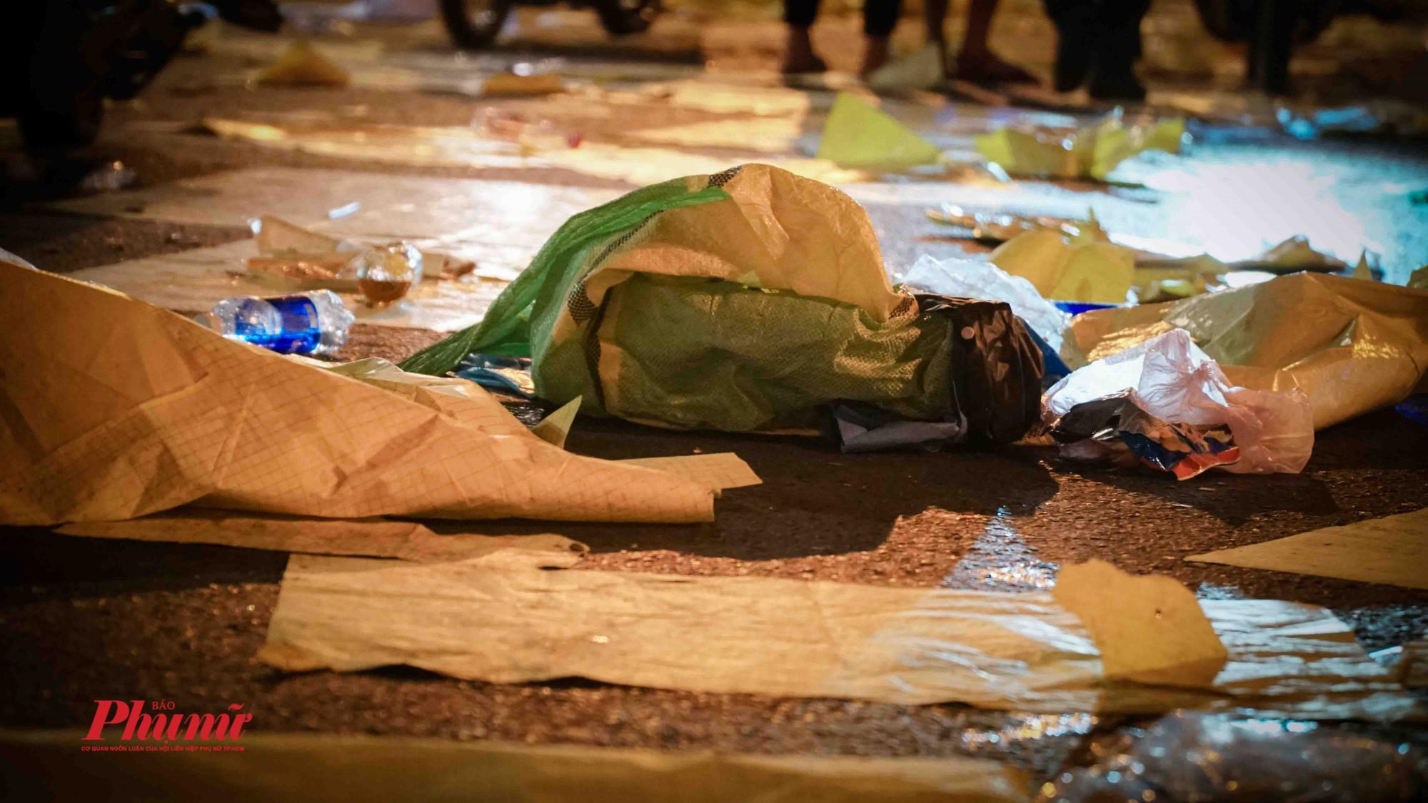 Vô số các loại rác được người dân bỏ lại sau chương trình xem pháo hoa