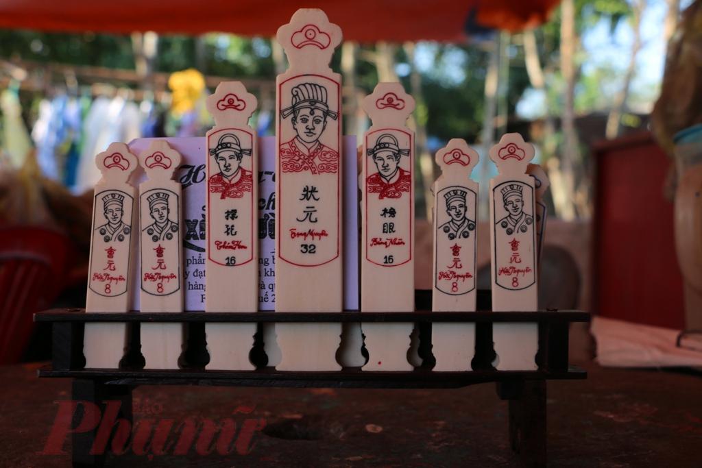 Xăm có nguồn gốc từ chữ Thiêm trong chữ Hán, nghĩa là cái thẻ. Hường là lối đọc trại từ chữ Hồng, nghĩa là màu hồng, do âm Hồng có trong chữ Hồng Nhậm, là tên của vua Tự Ðức nên phải kiêng.