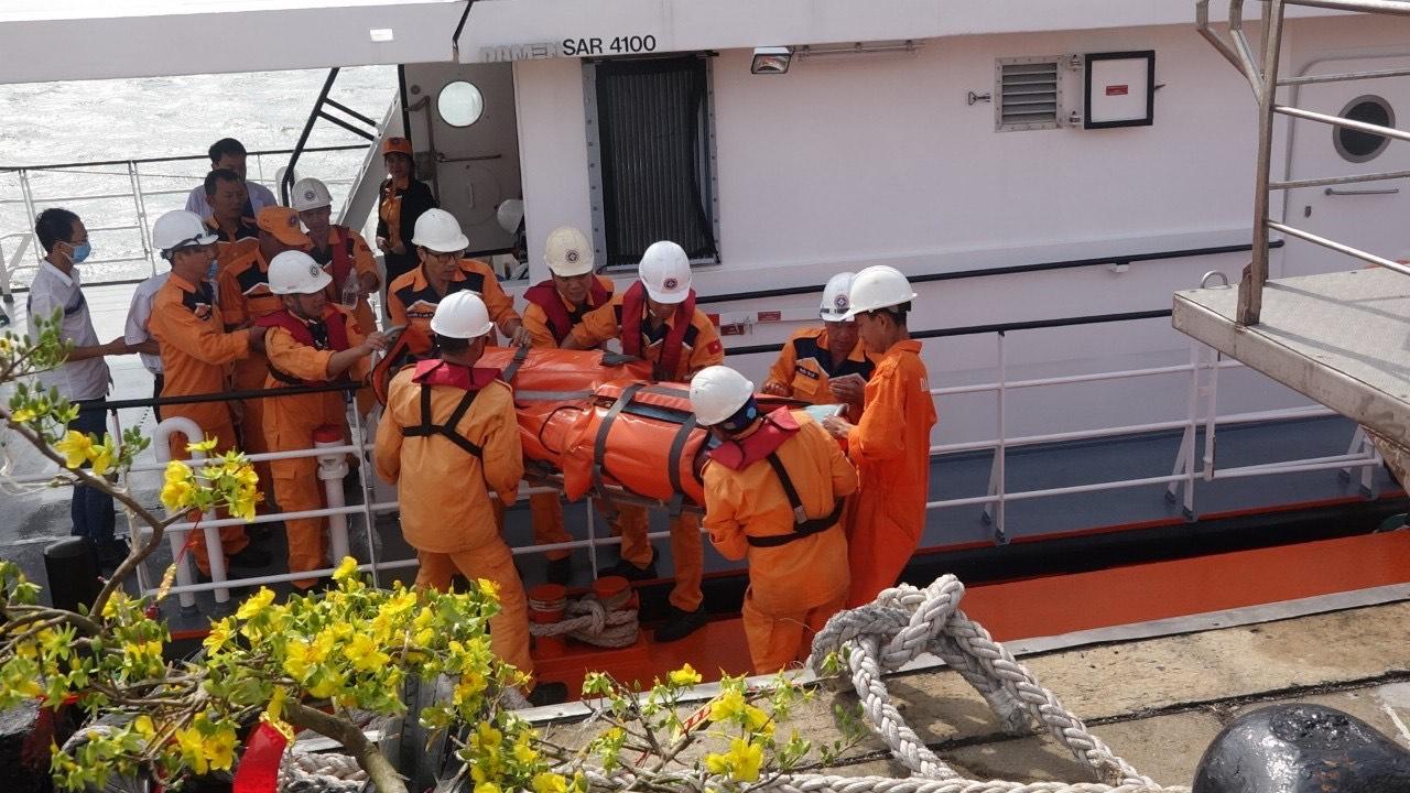 Đưa thuyền viên Thái Lan vào đất liền chữa trị