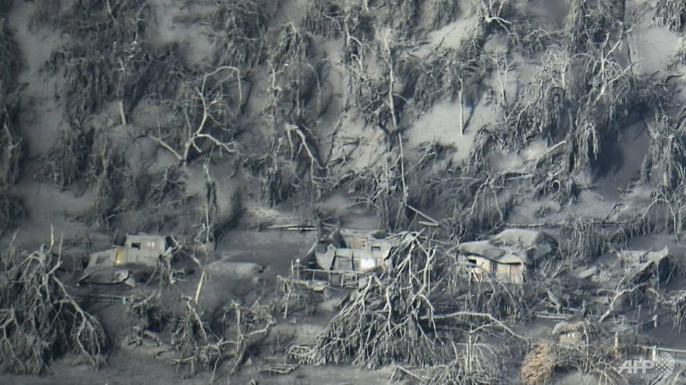 Những ngôi nhà nằm gần khu vực núi lửa chìm trong tro bụi và bùn do mưa.