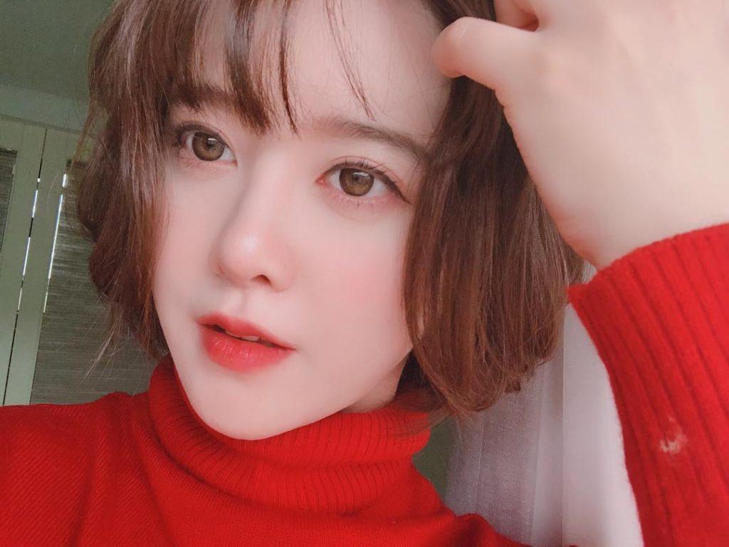 Sau một năm đầy thăng trầm với tranh cãi ly hôn, Goo Hye Sun đã lấy lại được cân bằng, cô thường xuyên khoe những hình ảnh rạng ngời, tràn đầy sức sông trái ngược với sự tiều tụy, tóc rụng trước đó.