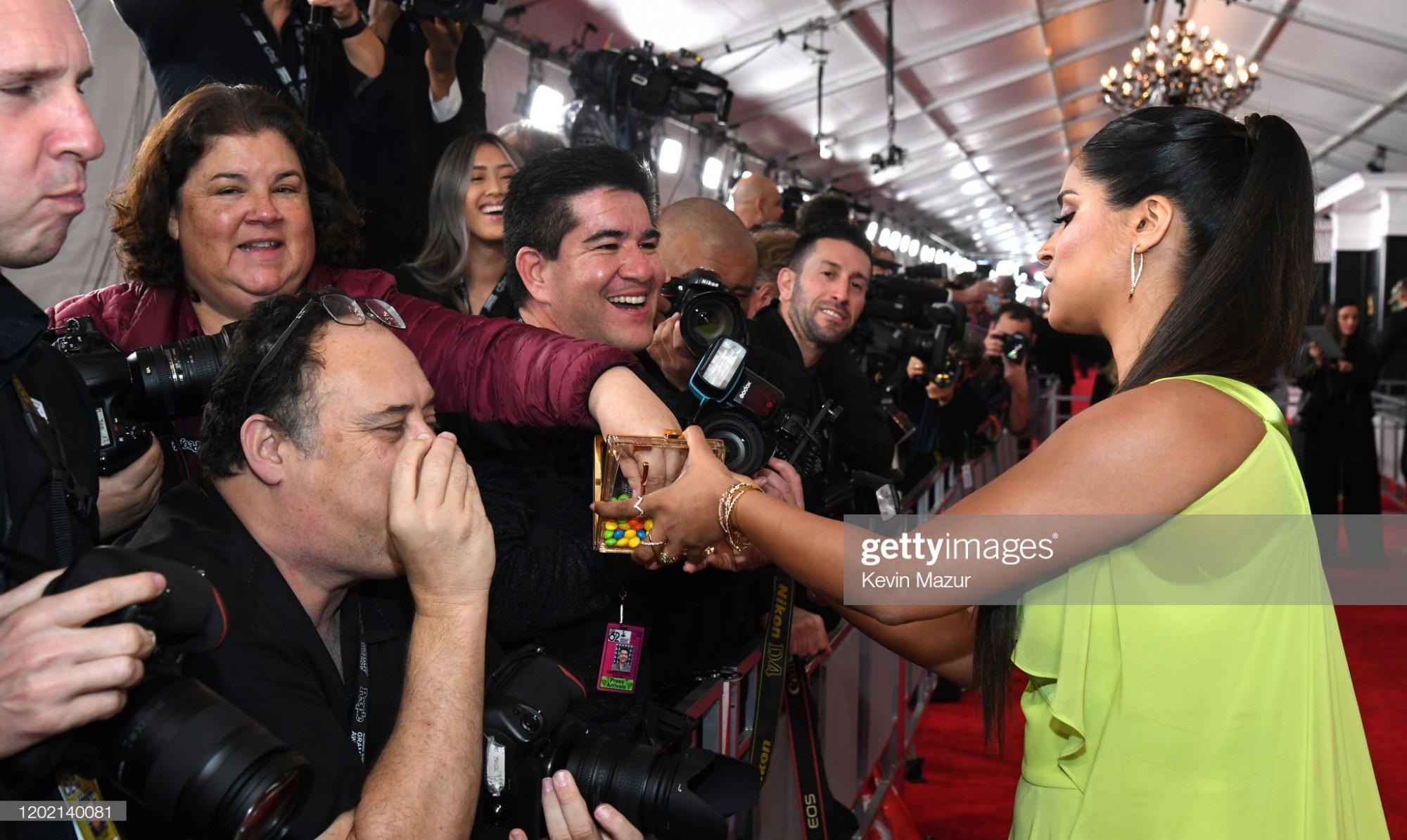 Cô mời phóng viên ăn kẹo ngay tại thảm đỏ