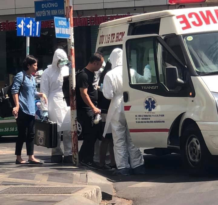 Hình ảnh du khách Trung Quốc bị đưa lên xe cấp cứu chiều 26/1/2020