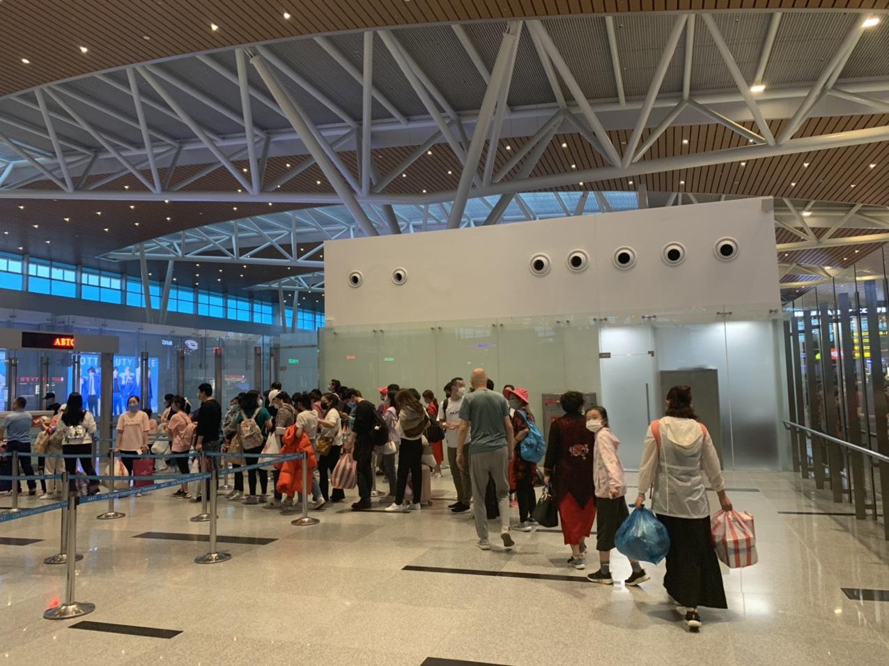 Đoàn du khách người Vũ Hán đang làm thủ tục tại sân bay quốc tế Đà Nẵng để về nước tối nay