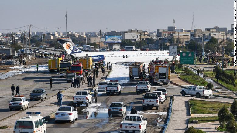 Chiếc máy bay trượt khỏi đường băng, nằm chắn ngang qua đường giao thông gần đó.