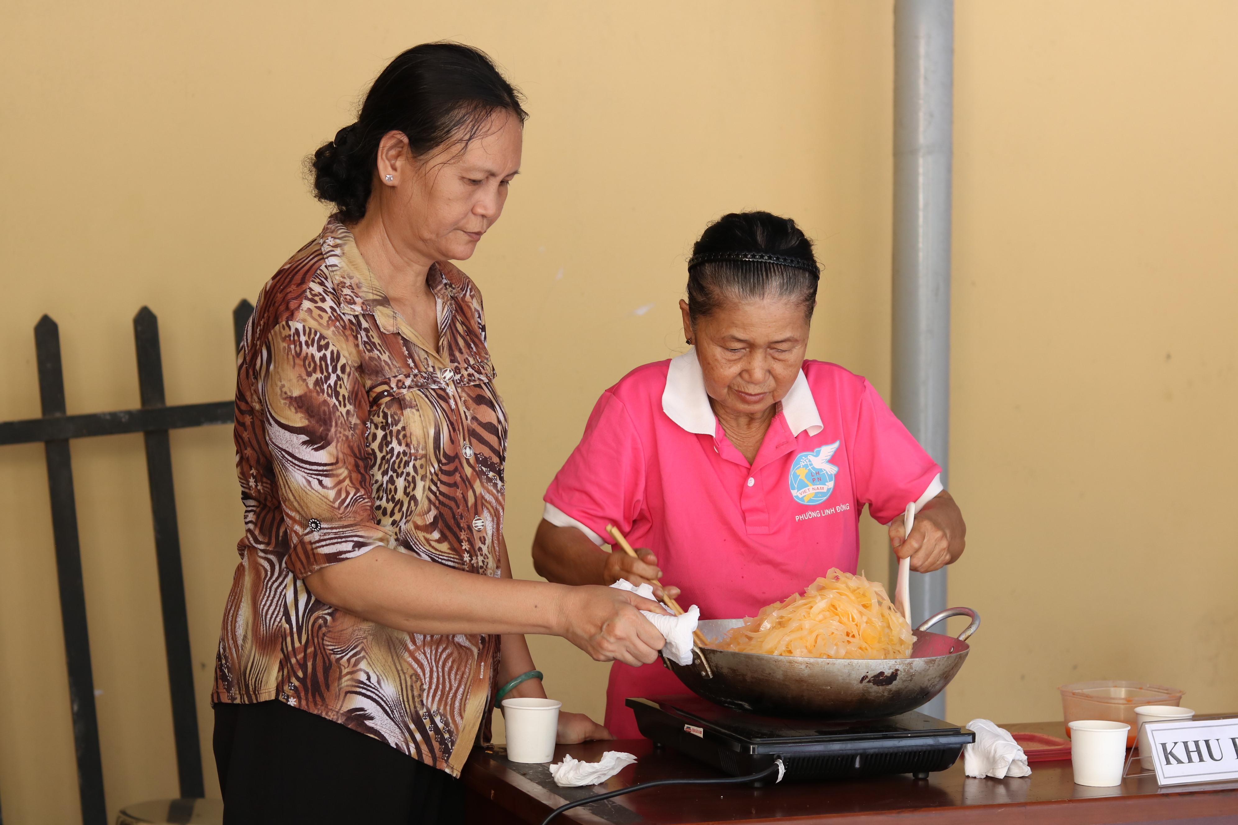 Với dì Mỹ Hầu (bìa phải) sên mứt dừa là nếp quen ngày Tết.