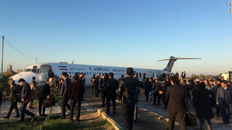 Cảnh quay và hình ảnh từ hiện trường cho thấy các hành khách tự giúp đỡ nhau rời khỏi máy bay qua cửa chính và cửa thoát hiểm.