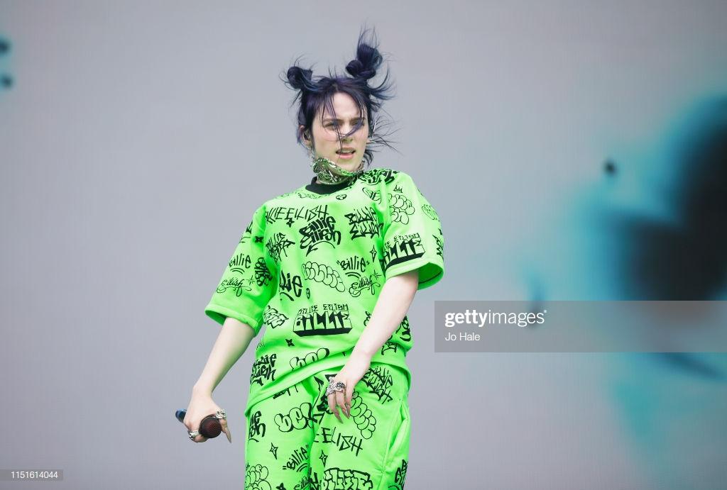 Cô liên tục chọn trang phục dạ quang để xuất hiện tại các sân khấu ca nhạc.