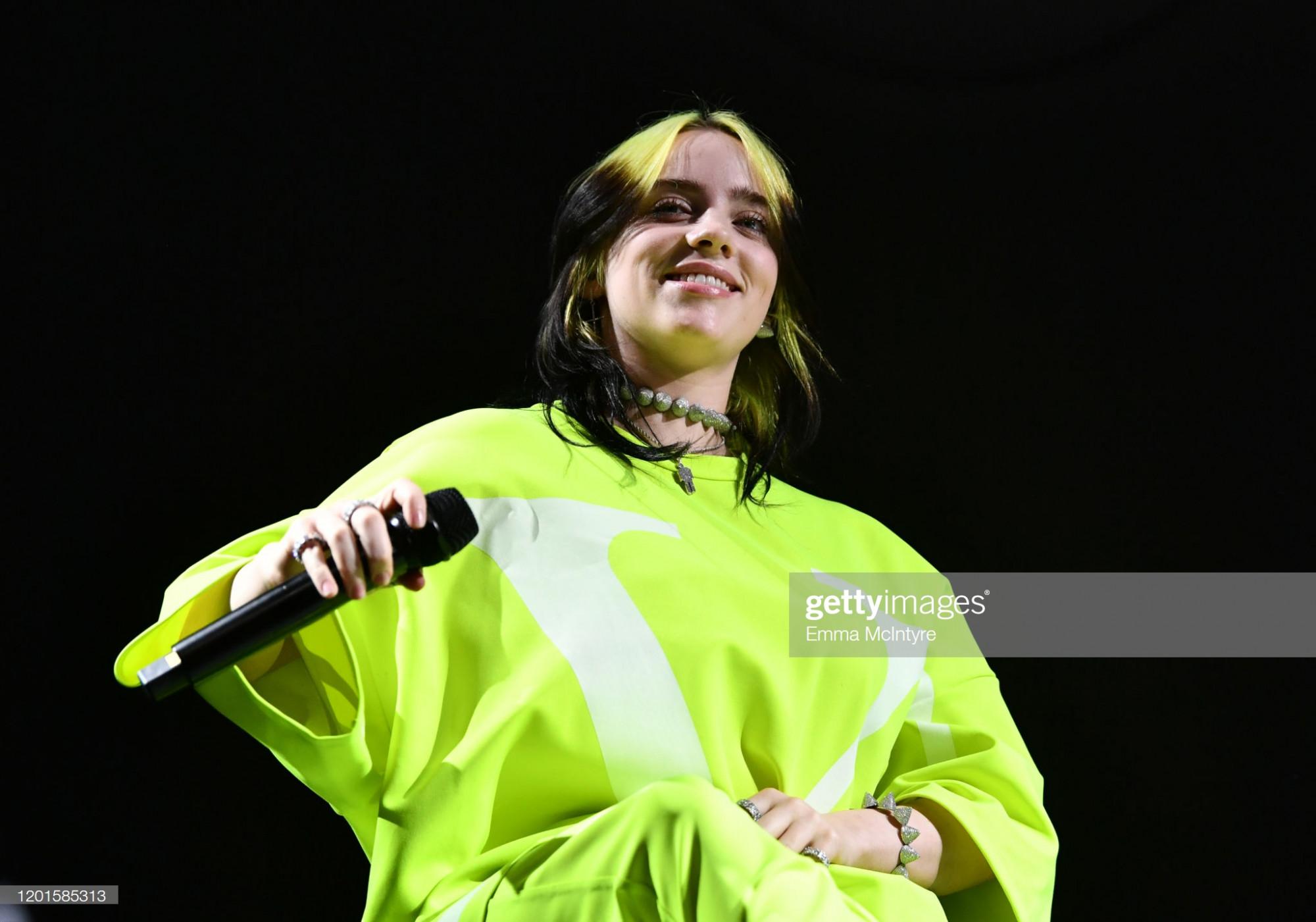 Không chỉ quần áo, màu tóc neon cũng được Billie Eilish lựa chọn để giúp cô nổi bật hơn.