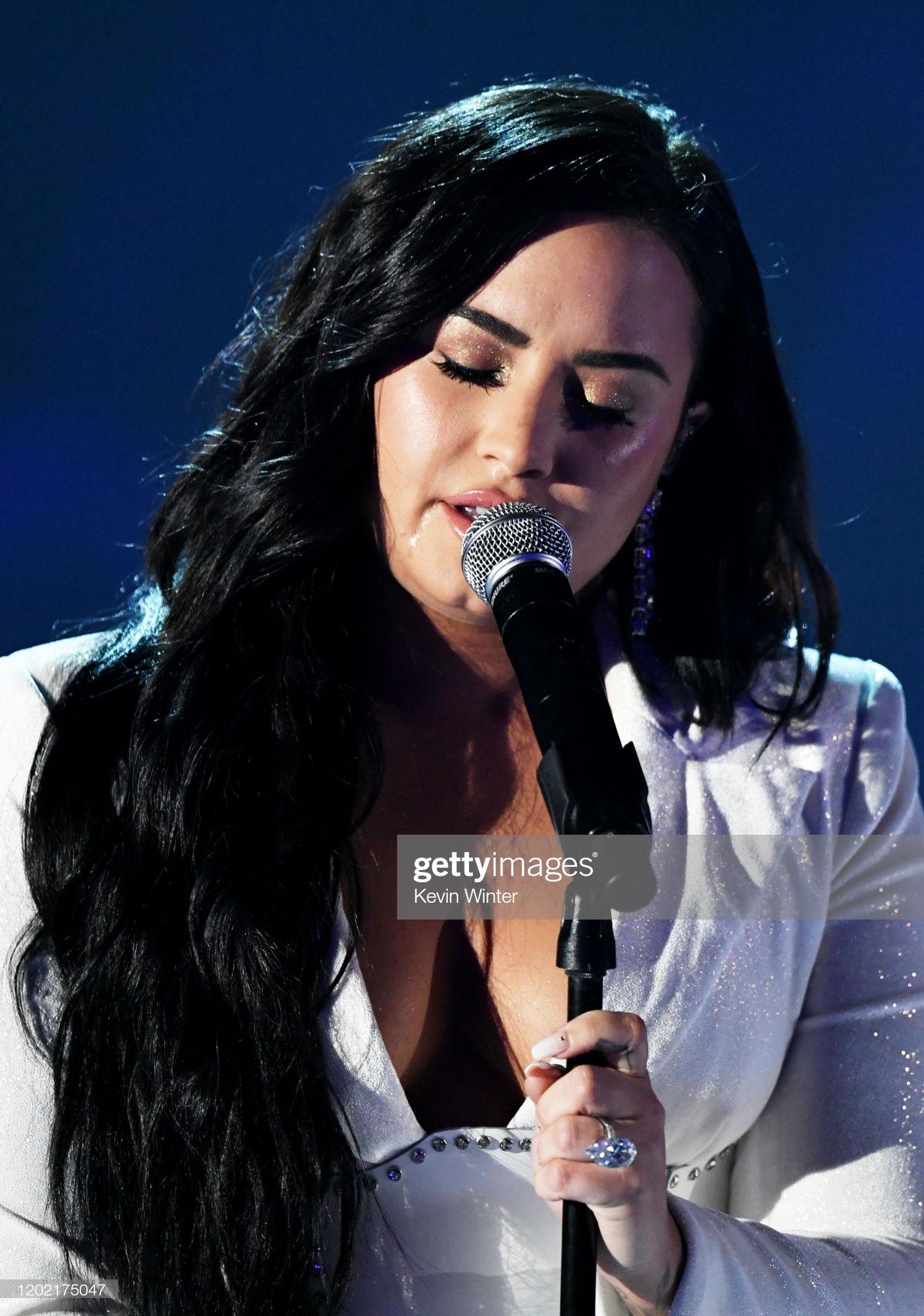 Nữ ca sĩ xúc động khi những giai điệu đầu tiên được cất lên