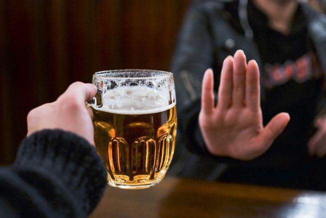 Nhờ có Nghị định 100 mà tôi có cái cớ để từ chối uống rượu bia khi đi chúc tết. Ảnh minh hoạ