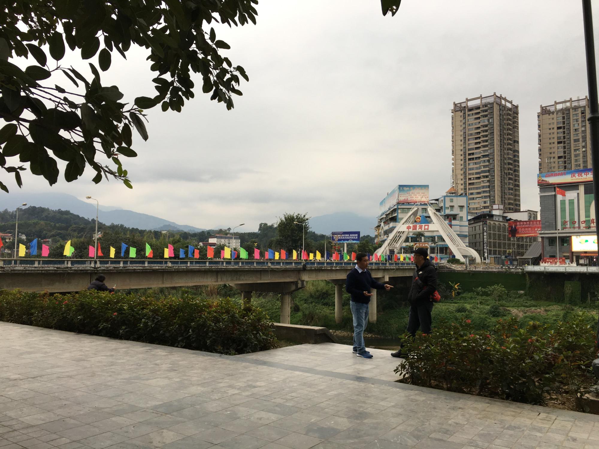 Bên kia sông là cửa khẩu Hà Khẩu. Ảnh chụp từ cửa khẩu quốc tế Lào Cai sáng 27/1